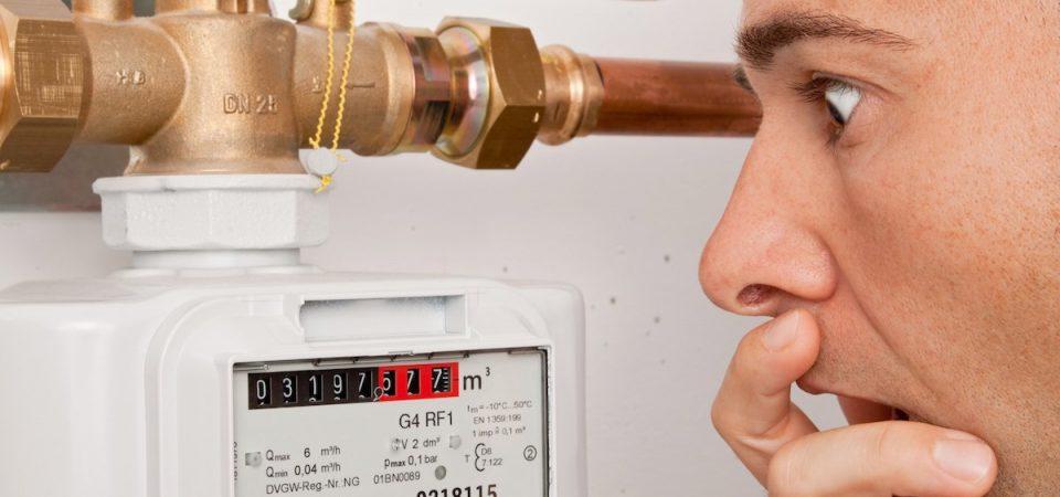 Homme surpris de l'index élevé de son compteur d'énergie