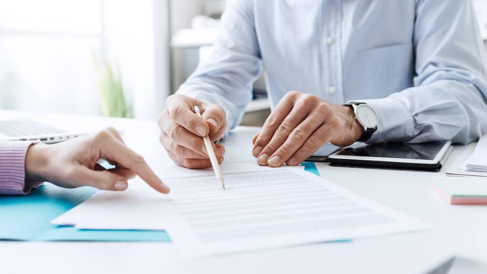 Contrat d'énergie en train d'être signé.