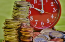 Horloge et pièces de monnaie en euros empilées