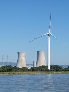 Centrales nucléaires et éolienne le long de l'eau