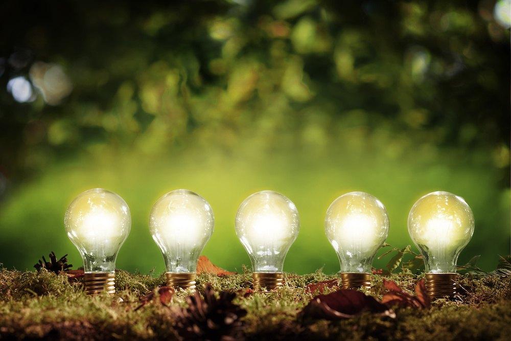 Cinq ampoules électriques allumées.