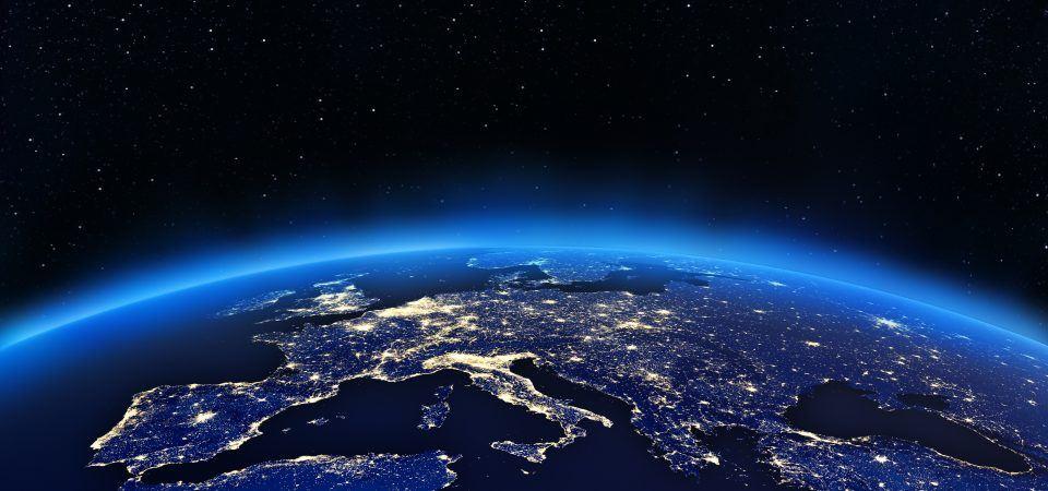 La Terre vue de nuit, illuminée par des sources de lumière