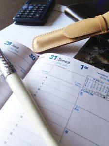 Agenda ouvert pour noter la date du rendez-vous concernant l'ouverture de compteur