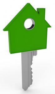 Clé verte dont l'extrémité est en forme de maison