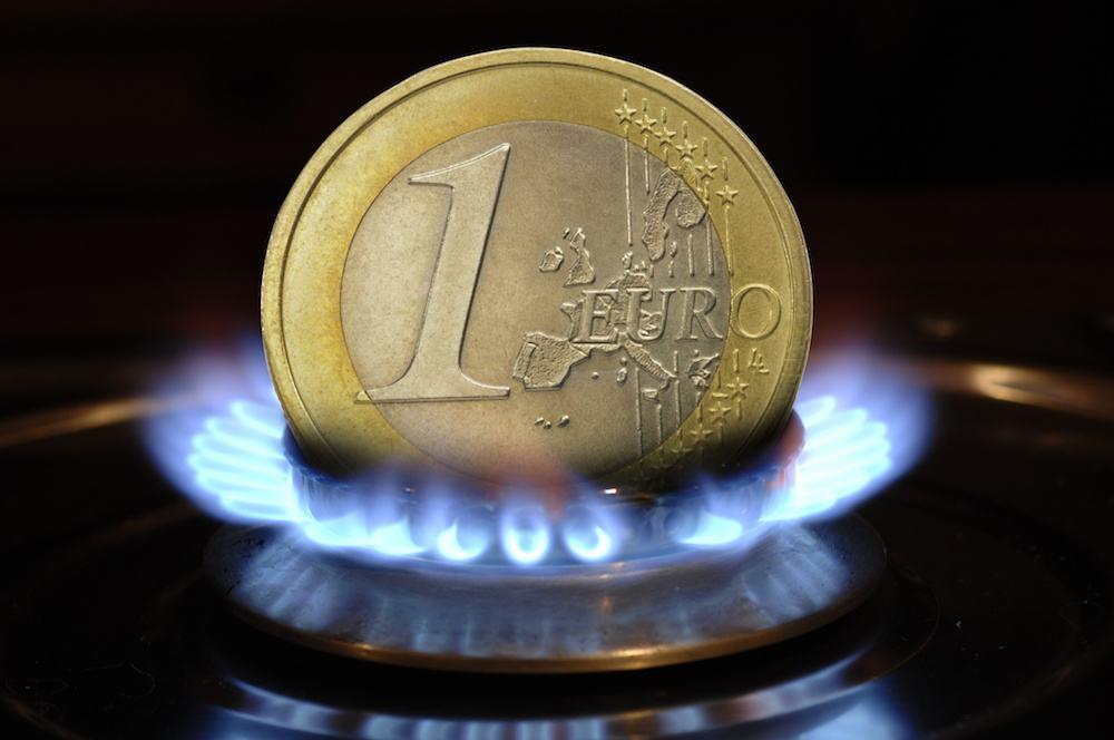 Pièce en euro et flamme de gaz