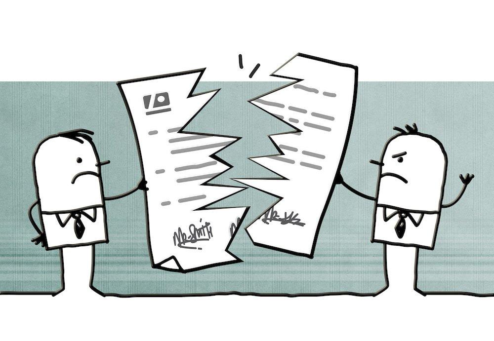 Deux personnes en train de déchirer un contrat d'énergie.