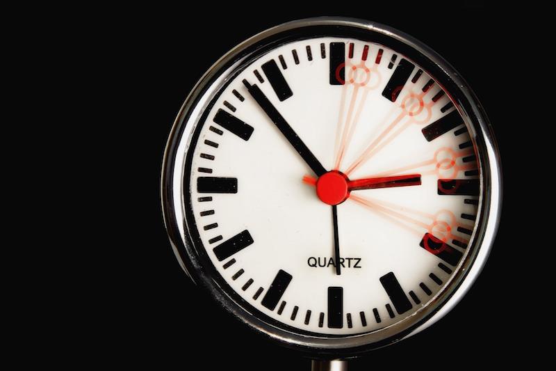 Horloge waarvan de wijzers in beweging zijn.