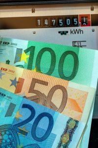 Index van een energiemeter met eurobiljetten