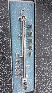 Thermometer die op een negatieve temperatuur wijst.