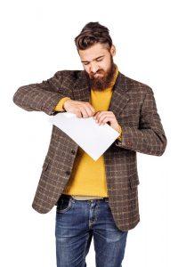 Homme en train de déchirer un contrat d'énergie