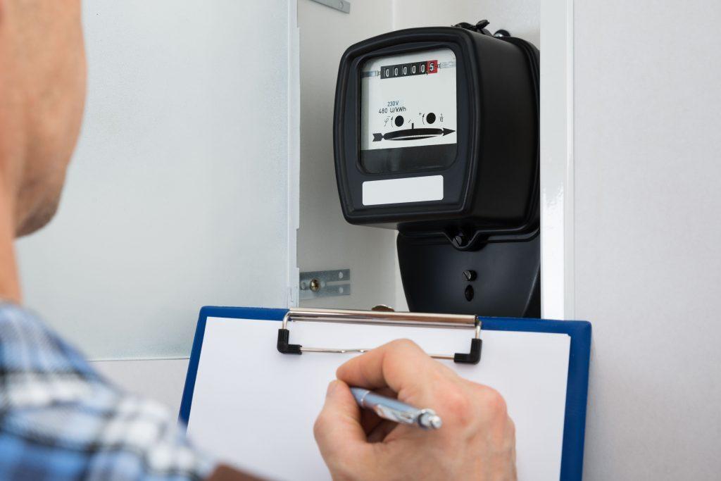 Un technicien de GRD relève les index du compteur electrique - Comparateur-Energie